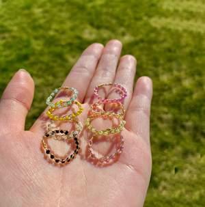 Flätade ringar! Finns i 8 olika färger. Välj även mellan guld och silver. Gul och ena lila är matta! Frakt: 15kr! Görs efter din storlek!