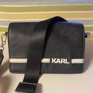 Karl Lagerfeld väska, köpt i London två år sen. Frakt tilkommer 💗💗