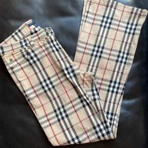 Burberry unisex byxor (bootcut) köpta från burberry i Milano. Använda men i gott skicka UK size 10 (small)