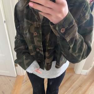 Säljer denna snygga trendiga camoflage jackan från topshop, aldrig använd!