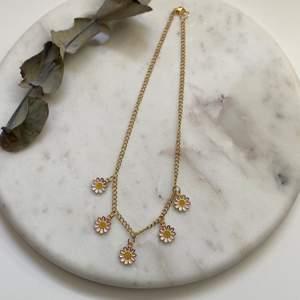 Superfint guldigt kedjehalsband med vackra tusensköna-berlocker i rostfritt & nickelfritt stål. Tänk vad fint till sommaren! 😍 Nytt & oanvänt! Endast 139kr/styck. Fri frakt! 💌