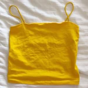 ett gult linne i strl M från Gina Tricot. Använd ungefär 1-2 ggr. Köpt för 100kr. [inte min bild] 🍯🍋🎗🌞🐥
