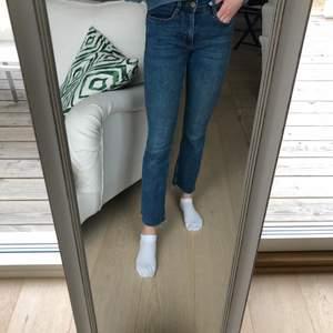 Snygga jeans från zara i bra skick, ankellånga med typ bootcut, är lite under 160 cm