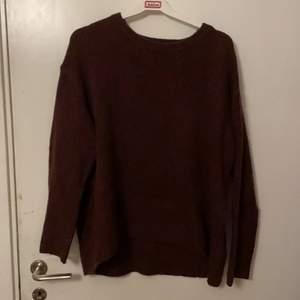 Lite mörkare vinröd stickad tröja från amisu