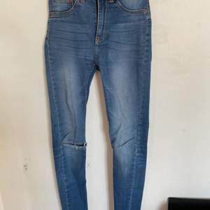 Säljer nu dessa väldigt fina jeans från Lager 157. De är väldigt bra skick trots att de har blivit använda en del och storlek XS. Slitningarna har jag gjort själv. Hör av er för fler bilder:) köparen står för ev frakt