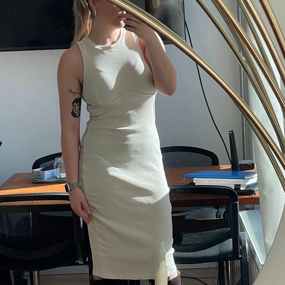 Ribbad ankellång klänning från Zara. Använd max 2 ggr. Nyskick. Strl M. Ev. Budgivning i kommentarerna. 100kr+frakt🍒. Klänningar.