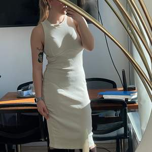 Ribbad ankellång klänning från Zara. Använd max 2 ggr. Nyskick. Strl M. Ev. Budgivning i kommentarerna. 100kr+frakt🍒