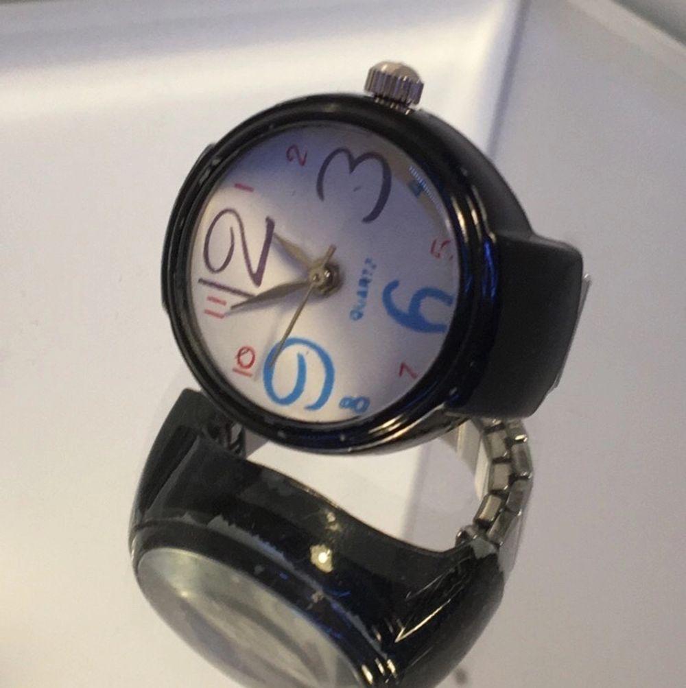 """!INTRESSEKOLL! En så kallad """"klockring"""" som var populär på 90-talet! En riktig klocka som kan visa tid. Denna ringen köptes dock på 90-talet och fungerar därför inte. Om man vill att klockan ska fungera så kan man lämna in den hos en urmakare. Jag vill bara se om det finns intresse för denna, lägg bud i kommentera isf! Utropspriset börjar på 10kr. . Accessoarer."""