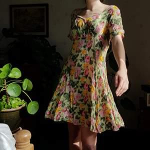 Retro klänning från gamla H&M. 🌸🌼🦋 I fint skick. I storlek M. Först till kvarn! 💫+frakt 66kr