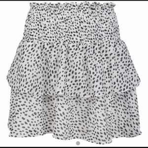 Volang kjol som var för stor för mig, super fin! 💛💛 hör av dig för fler frågor! I stl 38 jag har 32 i vanliga fall (jag dra år kjolen i midjan ba för att man ska se hur den ser ut på)