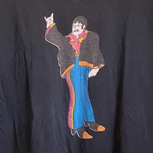 Roligt cool unik T-shirt! Sitter oversize på mig som har M! 😍Kolla gärna på allt annat jag säljer😍