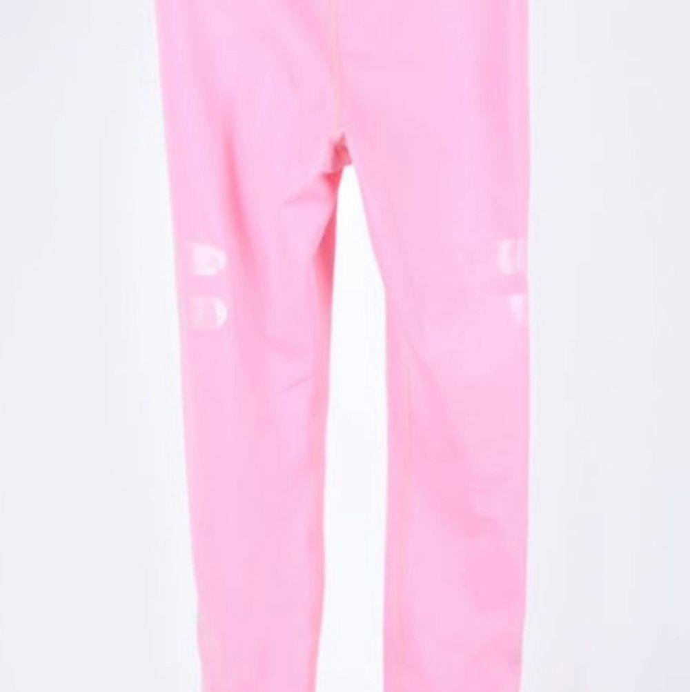 Använda 2 gånger o känner att rosa inte är min färg, nytt skick och sitter som en smäck kan även passa XS/M för de är töjbara. Jeans & Byxor.