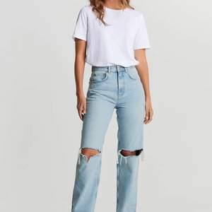 """Lägger upp igen! Nu säljer jag de här jättefina, populära och helt oanvända jeansen från Gina tricot i storlek 44. Modellen heter """"90s high Waist jeans"""". De är helt oanvända med lapp kvar som ni ser på andra bilden. Säljs p.g.a fel storlek. Nypris är 600 kr och säljer de för 400 kr inklusive frakt. Frakten är spårbar och kostar 66 kr så för själva jeansen blir det 334 kr. 😀 Hör gärna av er vid intresse eller frågor! 😊🌸"""