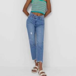 Säljer dessa fina jeans i strl 36. De är helt nya och oanvända. De var tyvärr lite stora för mig. Hör av er till mig om ni har frågor. 😊