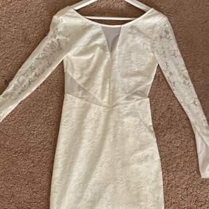 Denna klänning är vit och kan användas till avslutningar för tex skola eller studenten! Den har använts 1 gång och har en V-ringad form i ryggen💜 Storlek: M (sitter som M) Köpte klänningen på Nelly.com för 350kr💜