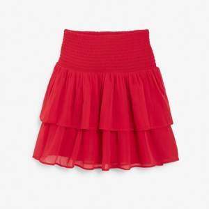 Superfin röd volangkjol!! Barnstorlek men passar xs-m😝 buda eller köp direkt 200 inkl frakt