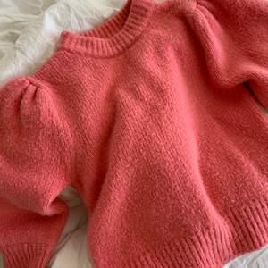 Säljer min rosa stickade tröja ifrån bikbok, den är i storlek S och sitter lite oversize, väldigt fin rosa färg men säljer då jag har en som är nästan likadan, budgivning gäller 🤎🤎✨✨