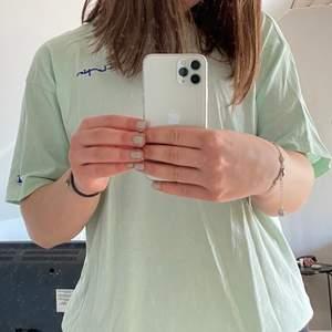 Den mest PERFEKTA t-shirten från champion, tror inte den går att köpa längre. Säljs för att jag inte använder den längre🥺 Den är i ett fint skick! Storlek: S. 300kr + frakt. (Vid många intresse budgivning) 🤍