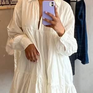 En somrig vit klänning i bomullspoplin, med en krage och v-ringad öppning. Plagget är från H&M men jag köpte den via secondhand, har personligen aldrig använt. ❗️HÖGSTA BUD: 310kr❗️