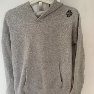 En grå hoodie i storlek M. Säljer pågrund av att den är för liten för mig, använt fåtal gånger. Köpt för 600 säljer för 250 (frakt ingår)
