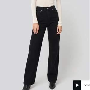 Säljer dessa svarta/mörkgråa straight leg jeans från NA-KD då de tyvärr är lite för små för mig. Använda några få gånger så i toppen skick! Strl 36 men skulle säga att de passar strl 34 också. De är långa i benen på mig som är 177cm lång. Bara att skriva vid frågor! Nypris: 599kr. Mitt pris: 300kr +frakt🤍🤍
