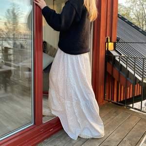 Hejsan!!! nu säljer jag den här super snygga kjolen till er!!💞💞💞 den är lång och man kan vika upp den samt den är väldigt justearbar då den har ett resårband som kommer passa efter just din kropp💞💞💞🕺🏾🕺🏾🕺🏾 jag är 168cm lång! Frakten ingår (300kr)📦💜