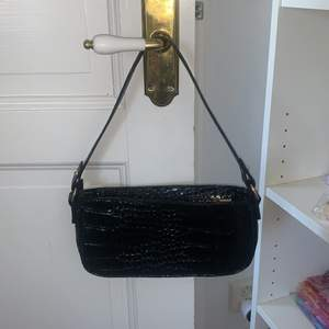 Nu säljer jag denna väska då den aldrig blivit använd ochjag troligen inte kommer använda den då den inte är min stil! <3 Jag säljer den med startbud på 70kr + frakt! Ni budat alltid + frakt! <3