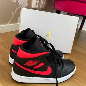 Intressekoll på mina nya och oanvända air Jordan 1 mid black siren red. De är tyvärr för små för mig och därför är jag helt enkelt tvungen att sälja dem:(