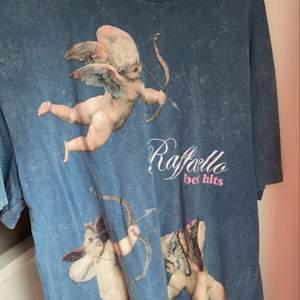 En vintage inspirerad t-shirt med små änglar på från Zara. Lite oversize modell, fint mönster och använd enbart 1-2 gånger. Unik kollektion