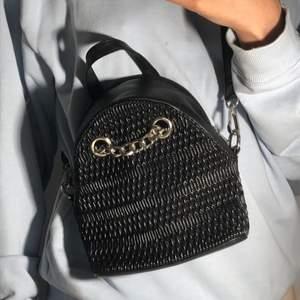 Chain detail mini ryggsäck från Missguided, säljer pga har inte använt så mycket, bra skick💗  buda från 100kr+frakt