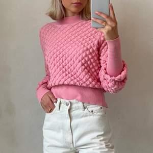 Älskar denna tröja men tyvärr använder jag den för lite så någon annan får ta över den! Så himla cool och unik! Väldigt sparsam använd🤍