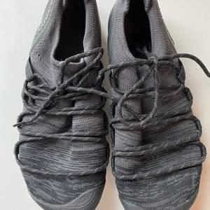 Knappt använda barfotalöparskor från Merrell storl 39 säljes. Kanske sprungit en mil i dem. Kan skickas mot fraktkostnad. Nypris 1200kr