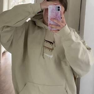 Köp direkt 550+frakt!!! Ny hoodie i färgen tan med broderat Nike tryck, alltså inte äkta men väldigt fint gjord😍 aldrig använd! Stl XL men sitter snyggt oversize på mig som har s/m. Budgivning öka med minst 20kr, fraktkostnad tillkommer. Passar både kvinna och man