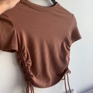 Oanvänd t shirt från zara. Den sitter jättefint men får ingen användning för den. Köparen står för frakten på 48 kr💗