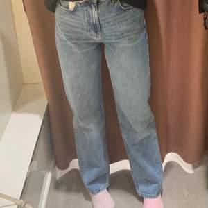 Säljer ett par blåa Jeans från Gina💖 riktigt bra skick och bara använda ett fåtal gånger! Nypris 599, raka och långa ben som går över fötterna på mig som är 170, säljer för att de inte passar längre💕 köparen står för frakten