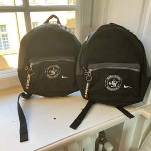 Säljer dessa 2 coola sportryggsäckar från Nike i sammarbete med Spårvägen friidrott, använda att fåtal gånger, inga defekter för utom att på ena står det mitt namn och på andra min systers (se bild 2) men ingenting man ser eftersom att namnen är ovanpå ryggsäckarna! Om ni är intresserade av att köpa en av de finns de på mitt konto enskilt för 100 kr annars båda för 150 kr:) Unisex