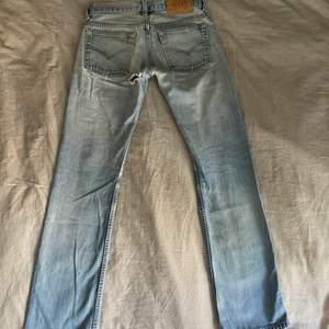 PERFEKTA lågmidjade Levis jeans, heelt kär 😍😍😍 tyvärr är de försmå för mig därav säljer jag 😢 ser ut som 501or fast snyggare ;) i strl 28 men mindre, skulle passa en eu34 bra tror jag💕de har ett hål som syns på bild 3, jag är ca 165. köptes dyrt!