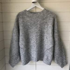 En suuuperfin stickad tröja från märket Petite i strl XL men är mer som en L. Jag skulle säga att den är ljusare i verkligheten än vad den är på bilden, så den är ljusgrå. Tröjan är aldrig använd så den är i väldigt fint skick. Säljes pågrund av att jag inte använder den. Köparen står för frakten✨