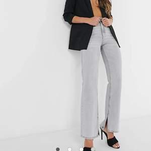 Säljer dessa jättefina gråa jeans från asos som är helt slutsålda. Tyvärr förstora för mig som vanligtvis när 34. Kan även byta dem mot ett par 34:or. Superfina och aldrig använda!