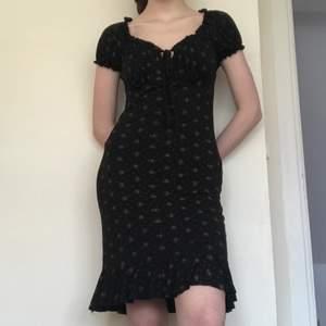 Söt sommrig klänning med rosor, milkmaid top