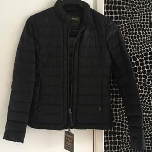 Oanvänd svart Woolrich vårjacka inköpt på NK i Göteborg, alla tags är kvar ,kvitto finns, ordinarie pris 3400kr.