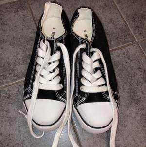 Vita & svarta skor! Het oanvända, skosnörena är vita! Stolen 36!