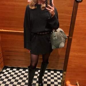 Supersnygg mörkgrå klänning från Chiquelle! Väldigt loosefit, kan med fördel kombineras med ett skärp (bild 1). Jag är 163 cm lång för referens. Strl XS, men passar även S vill jag påstå. Sparsamt använd.