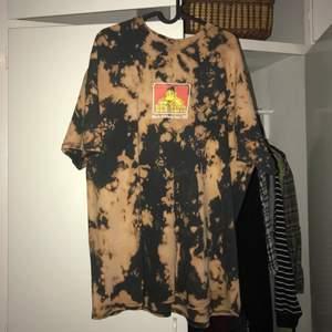 En asfet Ben Davis t-shirt i storlek 2XL som jag blekt själv! Jättesnygg men den används tyvärr inte så mycket mer:( Säljer för 140 + frakt🥰