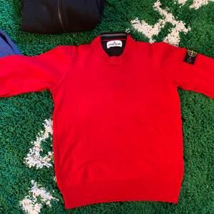 Otroligt fin Stone island tröja köpt på NK Skick 9/10 använd 1 gång Storlek: 10/11 145 cm -150 cm köpare står för frakt/// inga byten