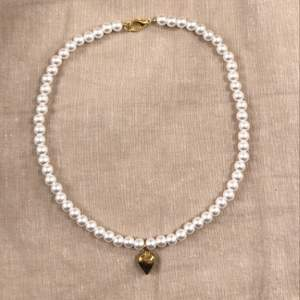 Säljer nu dessa superfina halsband. Gjorda i vita pärlor med en guldberlock format som ett hjärta. Snyggt och trendig just nu! Finns bara ett begränsat antal så det är först till kvarn som gäller!