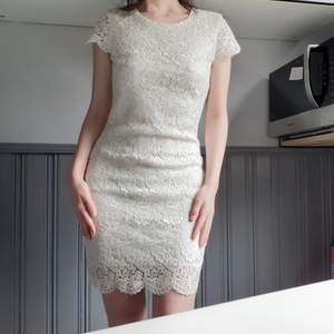 Krämvit blombroderad klänning med silkeslet/satintyg under💞Perfekt STUDENTKLÄNNING! Stängs med guldig dragkedja på baksidan. Superfint skick! Frakt: 66:- Spårbart