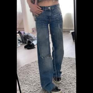 Helt oanvända och slutsålda jeans ifrån zara, är 170 och dessa är alldeles för långa för mig men meningen är att man ska klippa till den längden som passar. Köparen står för frakten på 66 kr! Lappen är kvar