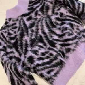 Jättefin sweatshirt med mjukt och skönt material. Använt en gång storlek S. Du står för frakten💗