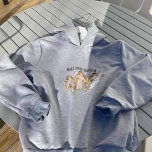 En cool grå hoodie med tryck. Endast testad. Skulle säga att den sitter som en S men det är storlek M. 🥰